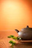 Teiera dell'argilla con tè greean Immagine Stock