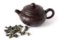 Teiera della Cina e tè di ceramica del oolong su bianco Immagine Stock Libera da Diritti
