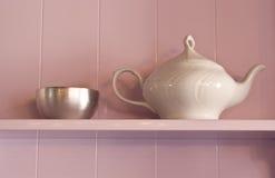 Teiera della porcellana e ciotola di zucchero bianche del metallo su P Fotografia Stock Libera da Diritti
