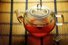 Teiera di vetro con la bustina di tè all'interno Fotografia Stock