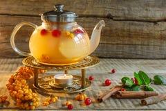 Teiera di vetro con tè saporito caldo con il limone, erbe e molto rosso, Fotografie Stock