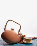 Teiera di volo, tazza di tè per versare tè Gocce Priorità bassa bianca Immagini Stock Libere da Diritti