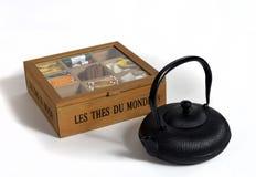 Teiera e scatola del tè immagini stock