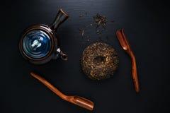 Teiera e tè asciutto di verde Fotografie Stock Libere da Diritti