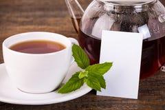 Teiera e tazza bianca con l'etichetta bianca Immagini Stock Libere da Diritti