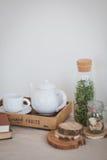 Teiera e tazza bianche su un vassoio di legno Fotografie Stock Libere da Diritti