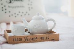 Teiera e tazza bianche su un vassoio di legno Fotografie Stock