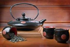 Teiera e tazze con tè Fotografia Stock Libera da Diritti