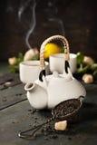 Teiera e tazze di tè con la menta ed il limone Fotografie Stock