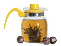 Teiera gialla di vetro con il tè cinese Fotografia Stock Libera da Diritti