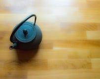 Teiera nera giapponese su una tavola di legno Fotografie Stock Libere da Diritti