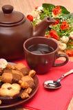 Teiera, tazza e sauser ceramici con i biscotti immagine stock libera da diritti
