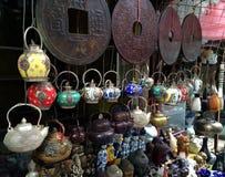 Teiere visualizzate nella stalla orientale Fotografie Stock Libere da Diritti