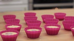 Teig des kleinen Kuchens, der in Form des kleinen Kuchens ausgelaufen wird stock video