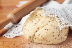 Teig für Brot mit Leinsamen Lizenzfreie Stockfotografie