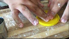 Teig, selbst gemachte Plätzchen, tun mit Kindern stock video