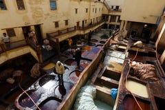 Teignez les réservoirs dans la tannerie dans Fes, Maroc, où le cuir marocain de renommée mondiale est fait photo stock
