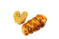 Teigprodukte auf weißem lokalisiertem Hintergrund Brot mit Samen und Mohn auf weißem lokalisiertem Hintergrund stockfotos