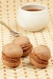 Teigschwamm des Kakaos drei fällt mit Sahne, Tasse Tee Stockfotografie