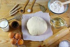 Teigvorbereitungsrezeptbrot, -pizza oder -torte, die ingridients, Milch, Hefe, Mehl, Eier, Öl, Salz, Zuckergebäck oder Bäckerei c stockbild