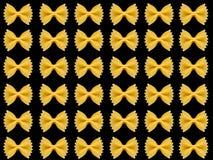 Teigwaren auf dem schwarzen Hintergrund Stockfotografie