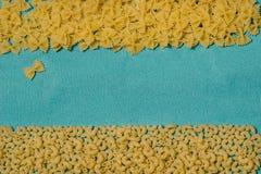 Teigwaren auf einem blauen Hintergrund Lizenzfreies Stockfoto