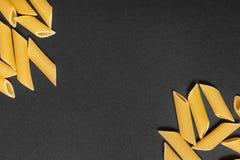 Teigwaren auf einem schwarzen Hintergrund Lizenzfreies Stockbild