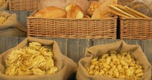 Teigwaren-Brot stock footage