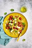 Teigwaren caprese - traditioneller Teller der italienischen Küche Beschneidungspfad eingeschlossen Stockfotografie