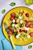 Teigwaren caprese - traditioneller Teller der italienischen Küche Beschneidungspfad eingeschlossen Stockfotos