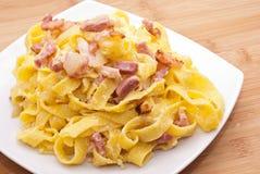 Teigwaren Carbonara mit Eiern Speck und Parmesankäse Lizenzfreie Stockfotos