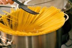 Teigwaren, die in einem Potenziometer kochen Lizenzfreie Stockfotos