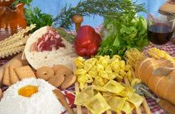 Teigwaren, Ei, Mehl, Biskuite, Gemüse, Wein Lizenzfreie Stockfotos