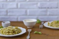 Teigwaren Farfalle in der Pestosoße mit Basilikum und Parmesankäse stockbild