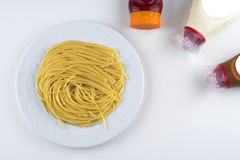 Teigwaren Fettuccine Bewohner von Bolognese mit Tomatensauce in der weißen Schüssel Beschneidungspfad eingeschlossen stockfoto