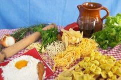 Teigwaren, Gemüse, Ei, Wein Stockfotografie