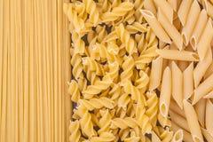 Teigwaren-Hintergrundkonzept Fusilli trockenes Stockfoto