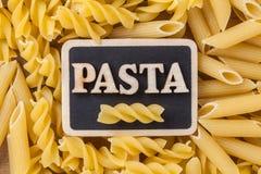 Teigwaren-Hintergrundkonzept Fusilli trockenes Lizenzfreie Stockbilder