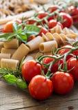 Teigwaren, Knoblauch, Kräuter und Tomaten Stockbild