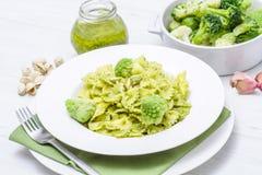 Teigwaren mit Brokkolipesto und -pistazien Stockfoto