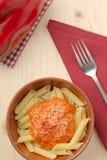 Teigwaren mit Creme-, Parmesankäse-, Tomaten- und Paprikapfeffer des roten Pfeffers Stockfoto