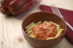 Teigwaren mit Creme-, Parmesankäse-, Tomaten- und Paprikapfeffer des roten Pfeffers Stockbild