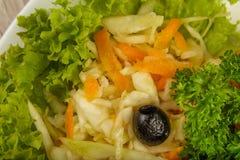 Teigwaren mit einem Stück gegrilltem Fleisch und Salat stockbilder