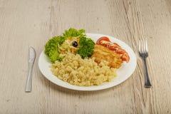 Teigwaren mit einem Stück gegrilltem Fleisch und Salat lizenzfreie stockfotografie