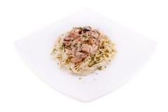 Teigwaren mit Fleisch auf einer weißen Platte Lizenzfreies Stockfoto