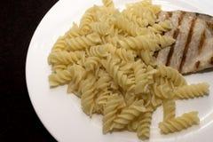 Teigwaren mit Fleischgrill lizenzfreies stockfoto