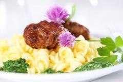 Teigwaren mit Fleischklöschen und Spinat lizenzfreies stockbild