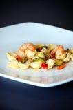 Teigwaren mit Garnele und Zucchini Lizenzfreie Stockfotos