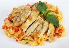 Teigwaren mit gegrilltem Huhn und Tomaten Lizenzfreies Stockfoto