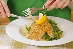 Teigwaren mit gegrillten Fischen Lizenzfreie Stockfotografie